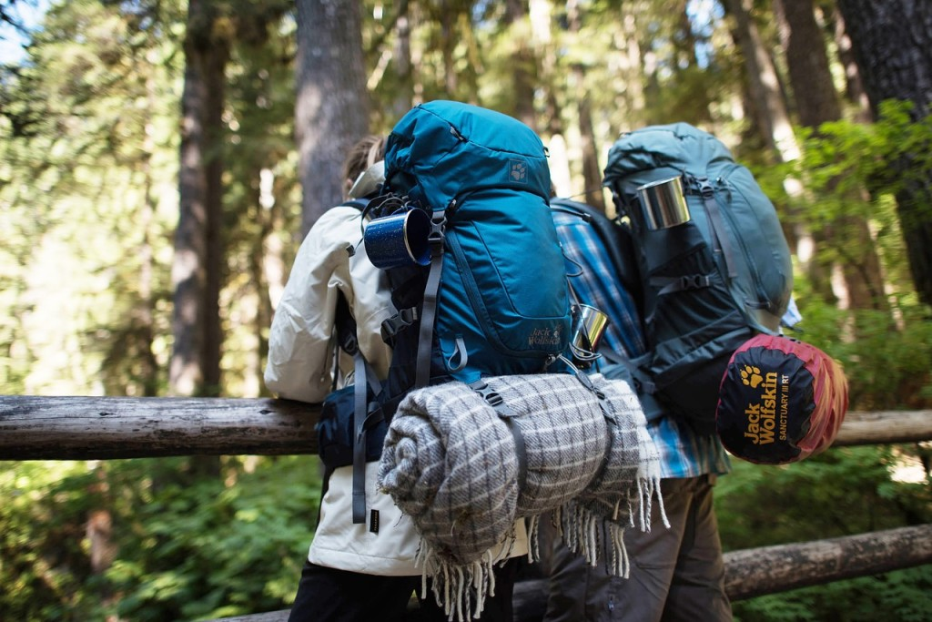 outdoor-backpackers-packing-light